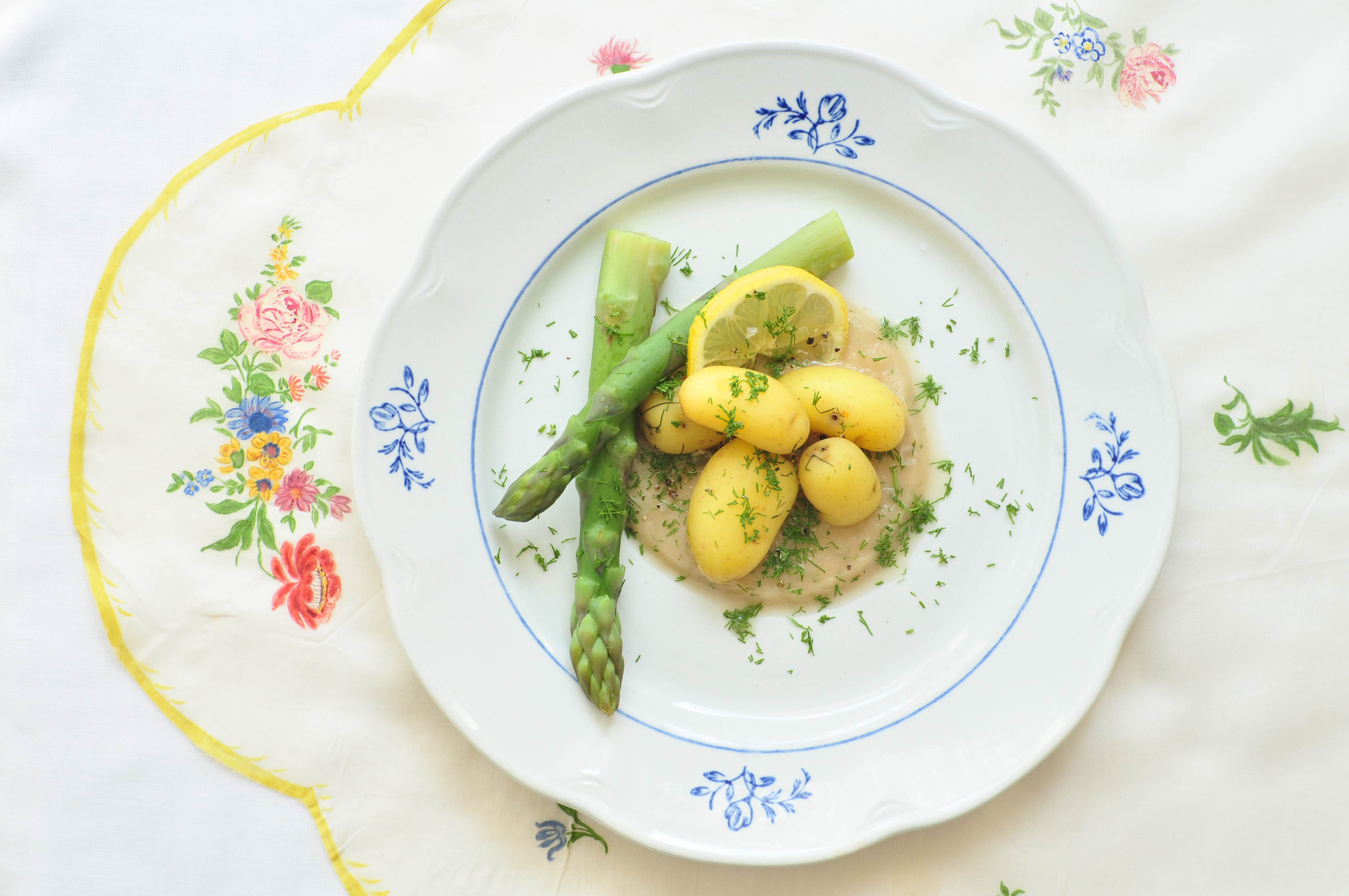 Groene_asperges_met_nieuwe_aardappelen_en_een_saus_van_sjalotjes_1